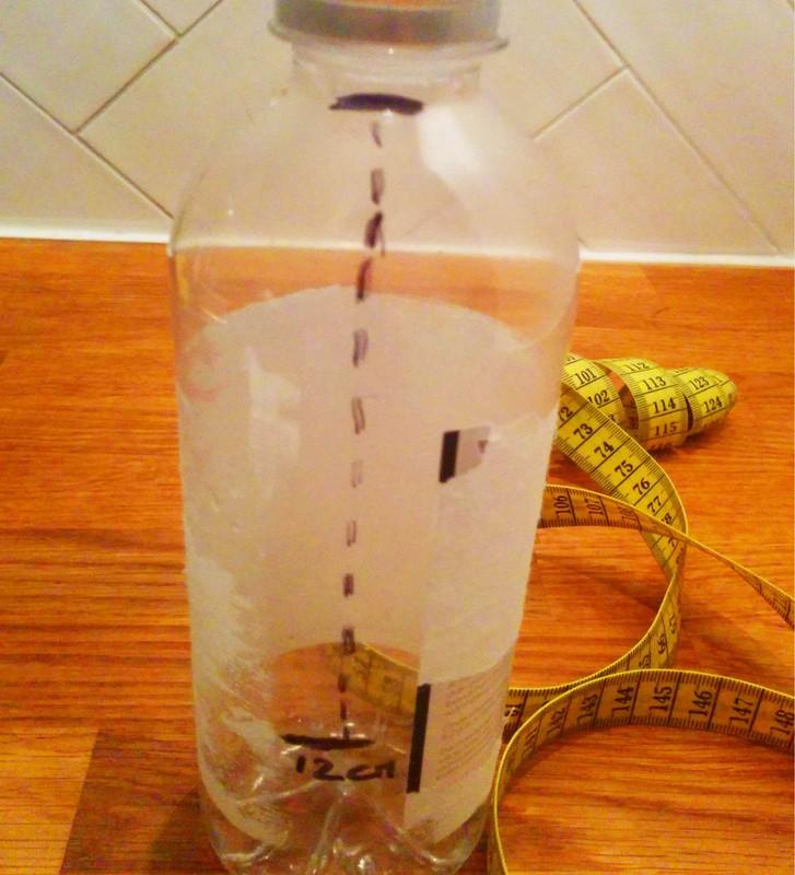 Markeer de vulhoogte op de kleine fles