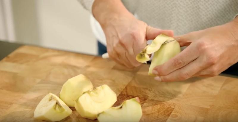 De appels in stukjes snijden