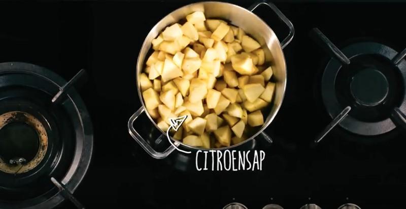 De appelstukjes koken