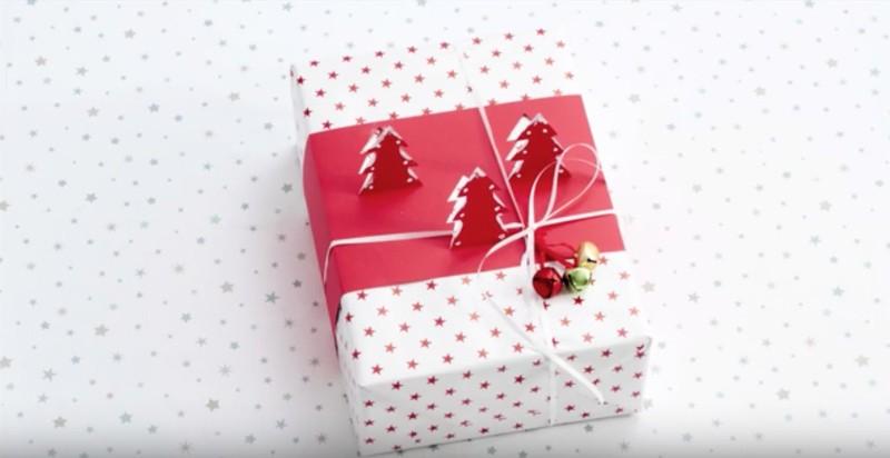 De cadeauverpakking verder afmaken