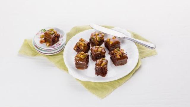 Chocolade brownies maken van zelfgemaakt beslag, met een karamel topping.