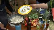 Koken op de camping roergebakken kip bereiden op zijn Turks