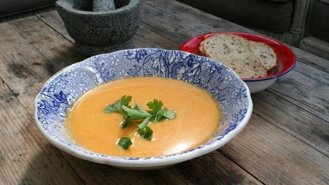 Snelle recepten: een gezonde pompoensoep maken met wortel en koriander.