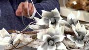 Een hangend bloemstuk of kerststuk zelf maken met takken als basis