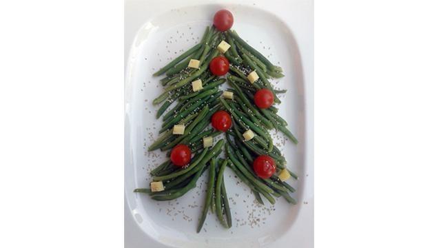 Bijgerecht kerst: lauwwarme salade in de vorm van een kerstboom.