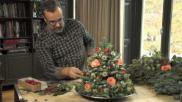 Kerstdecoratie zelf een mini kerstboom maken van dennengroen en verse bloemen