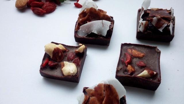 Zelf chocolaatjes maken met noten, gedroogde vruchten en kokos.