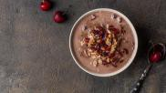 Havermout ontbijt chocolade havermoutpap met kokos en gojibessen