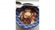 Feestelijk gezond ontbijt met kwark noten banaan en kokoschocolade
