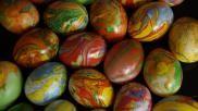 Eieren marmer schilderen voor Pasen met water marble