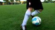 Hoe moet je bij voetbal dribbelen de bal met kleine pasjes opdrijven