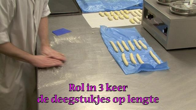 Hoe kun je met brooddeeg gevlochten luxe broodjes vormen en bakken?