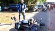 Hoe moet je een omgevallen motor weer overeind zetten
