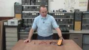 Hoe kun je spanning bv van een batterij meten met een multimeter