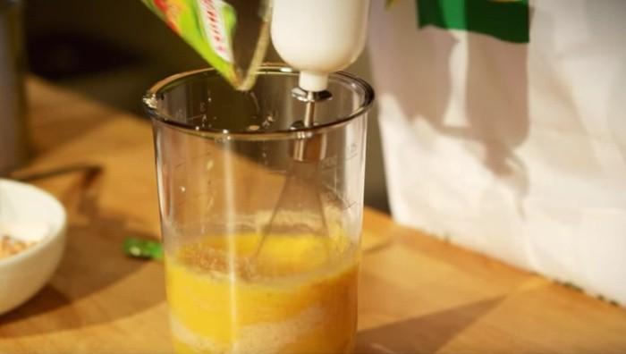 Eieren en droge soep mixen