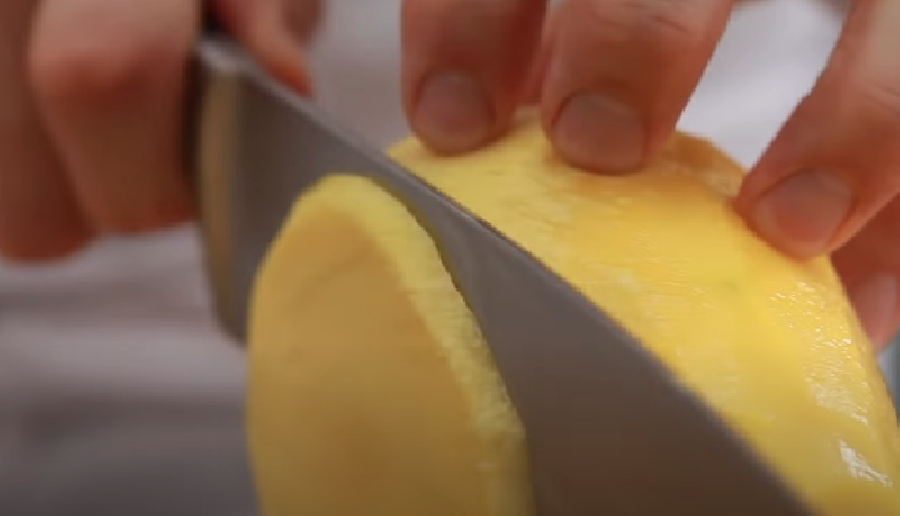 Mango in plakken snijden