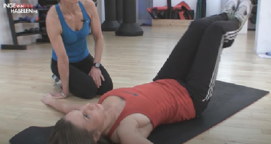 V-Crunch met Leg Stretch