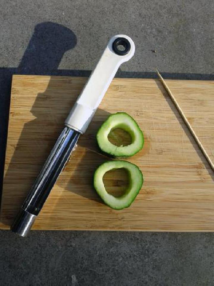 Komkommer in plakken snijden