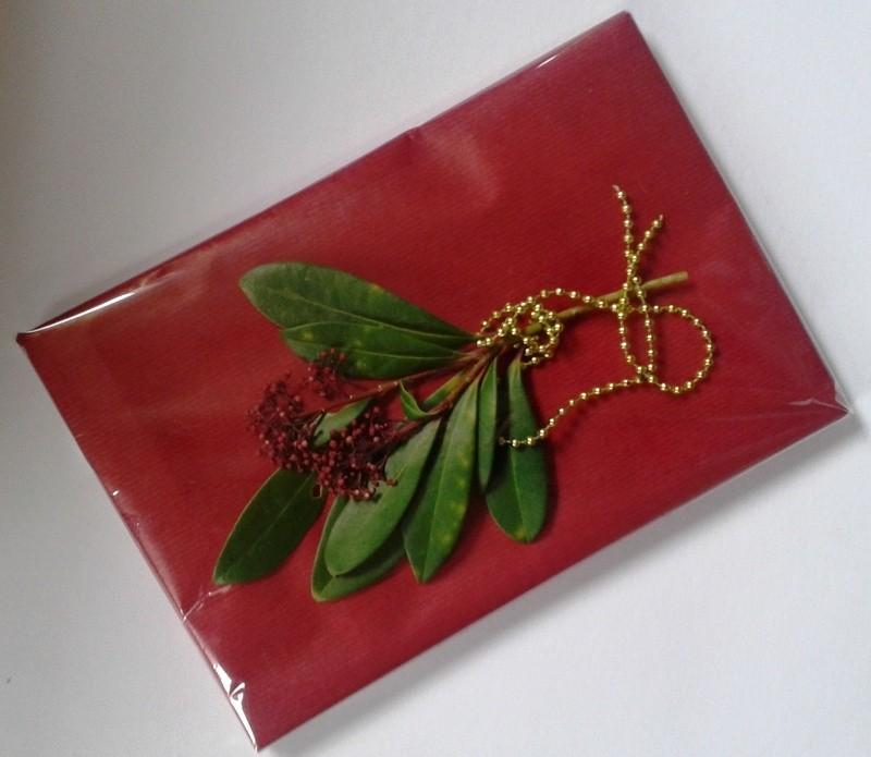 Het uni cadeaupapier op maat knippen