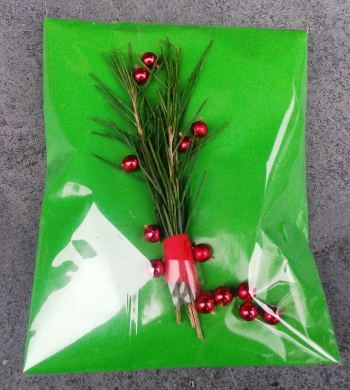 Het cadeau inpakken met effen papier