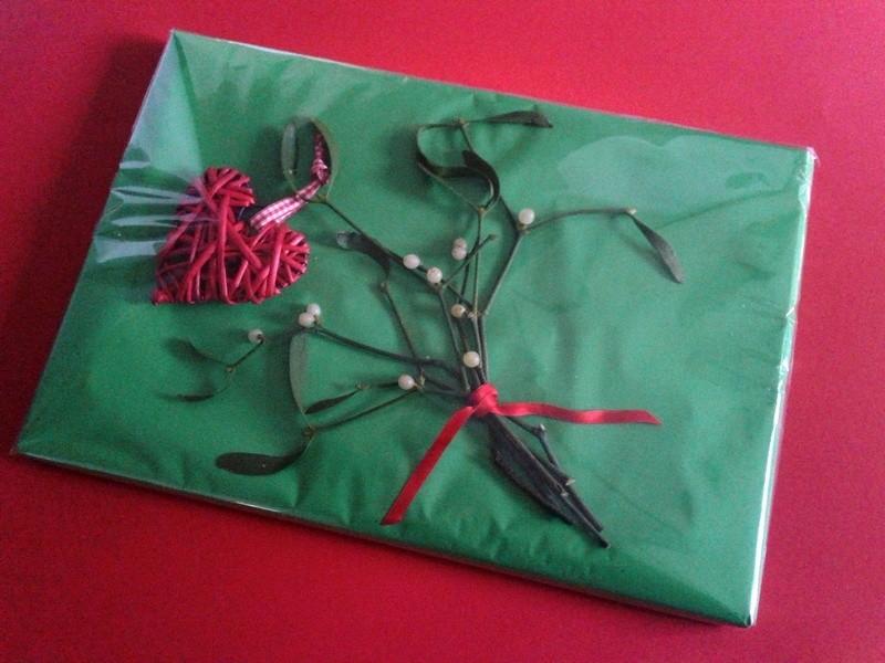 Het foliepapier om het cadeau wikkelen