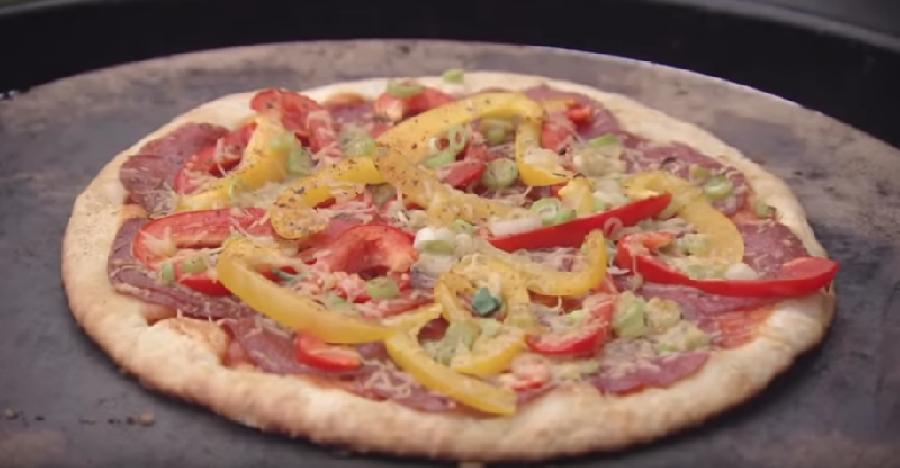De pizza bakken op de bbq