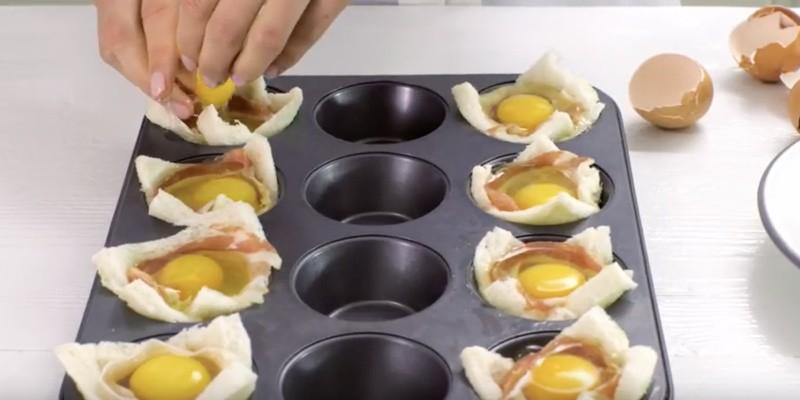 Spek en het ei in het broodbakje doen