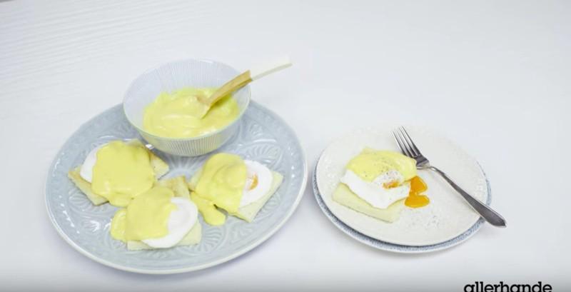 De eggs benedict serveren