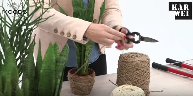 De plantenpotten omwikkelen met touw