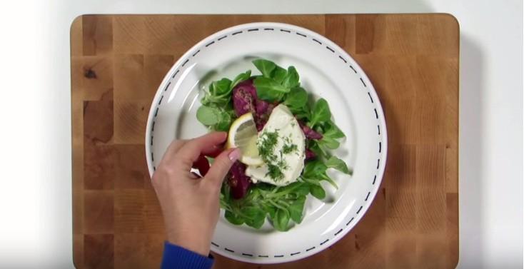 De salade serveren