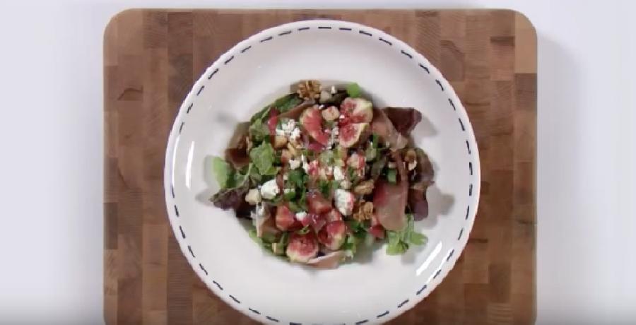De salade afmaken en serveren