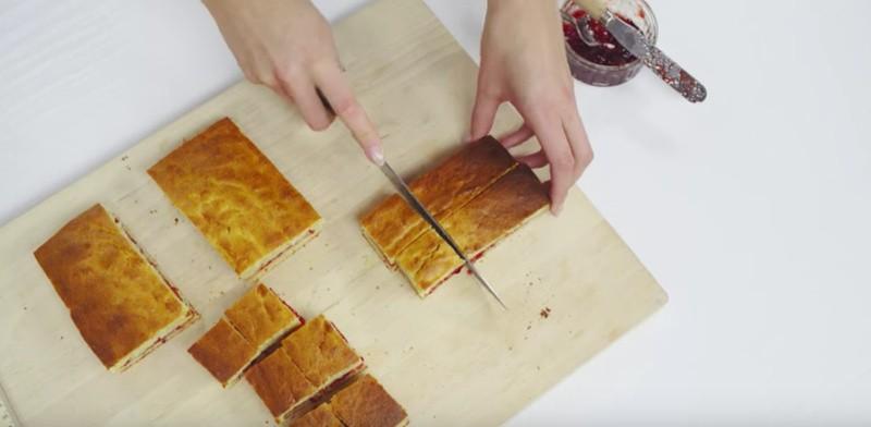 De cake vierkantjes snijden