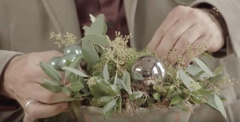 Het overige schuim met mos bedekken
