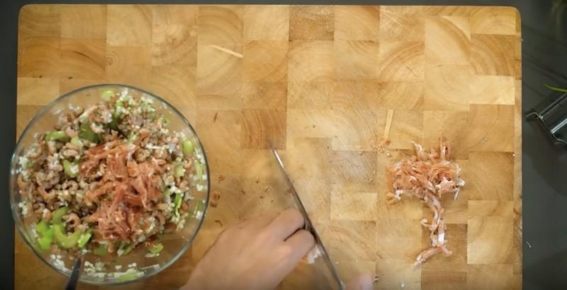 De garnalen mengen met de kleingesneden ingrediënten