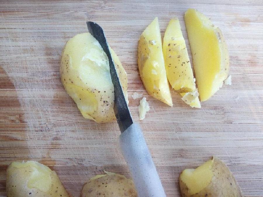 Aardappels in partjes snijden