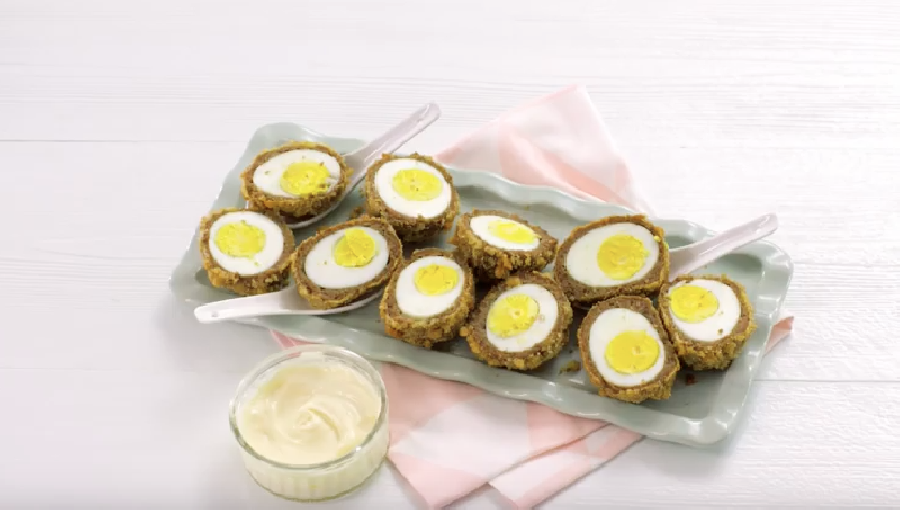 De Scotch eggs serveren