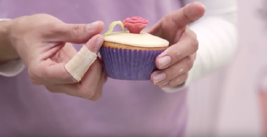 Marsepein blaadjes op cupcake plakken