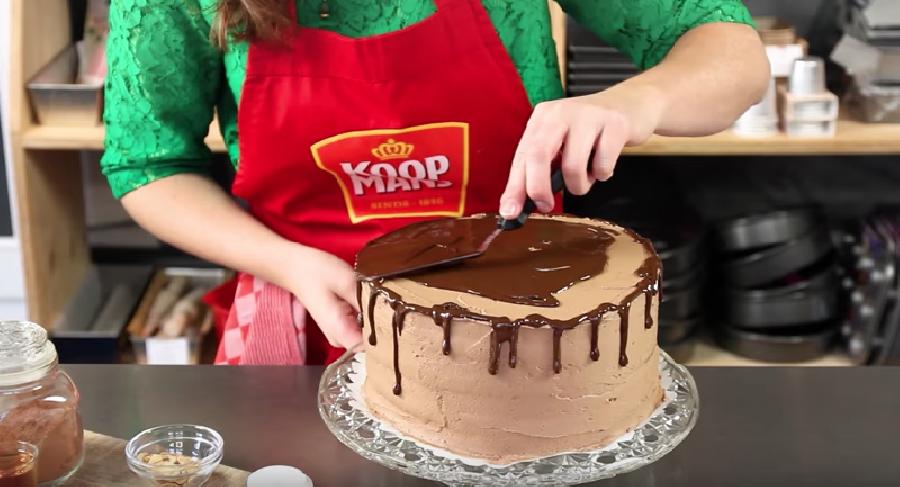 Gesmolten chocolade op de taart spuiten
