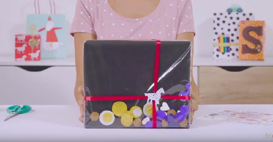 Vierkant pakje met pepernoten en ander snoepgoed