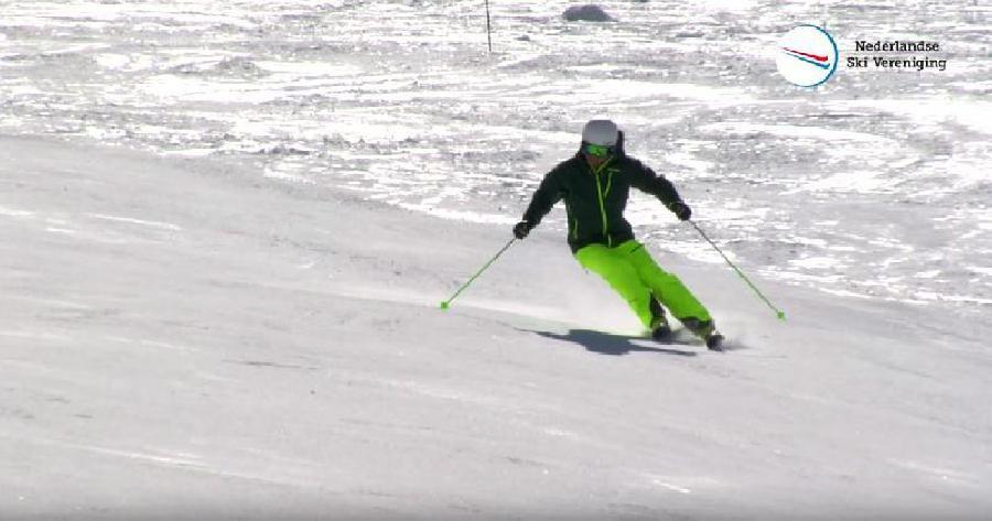 Ski correct op zijn kant zetten