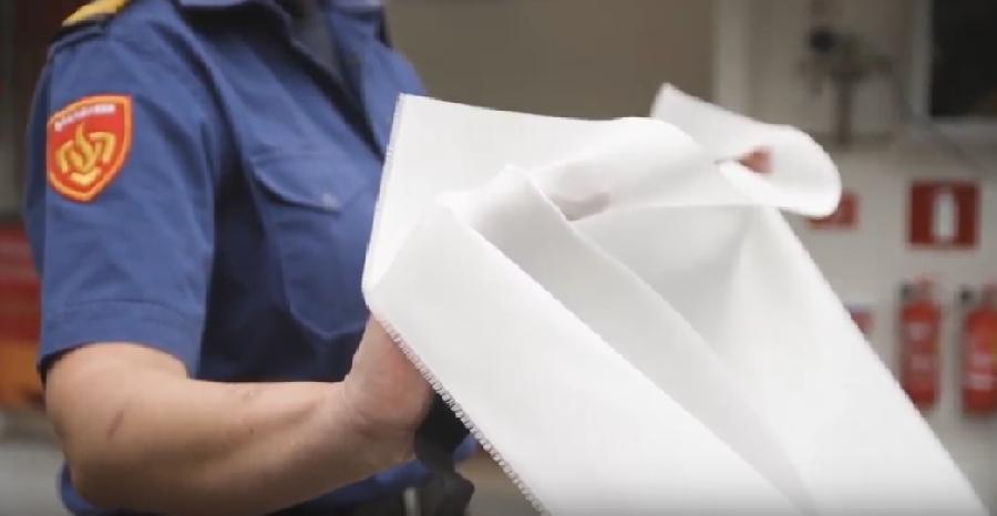 Blusdeken gebruiken: handen inrollen