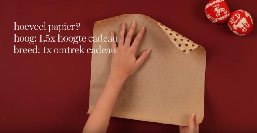 Het papier op maat knippen