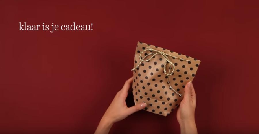 Het cadeauzakje dichtmaken