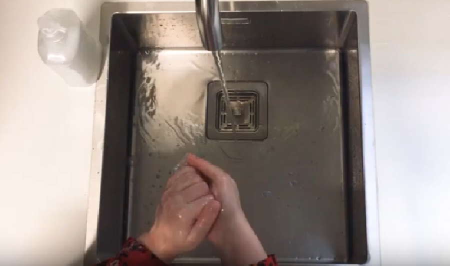 Vingertoppen inwrijven met zeep