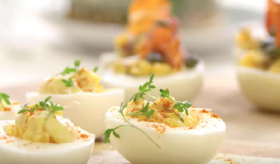 Gevulde eieren met tuinkers en mierikswortelpuree (vegetarisch)