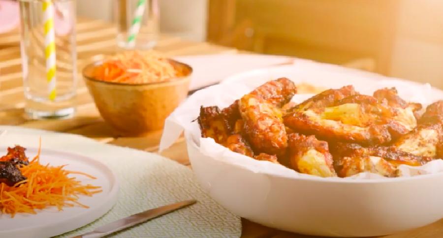 Gemarineerde kippenvleugels van de BBQ halen