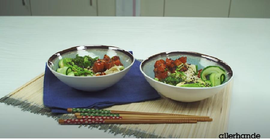 De poké bowl met zalm en avocado serveren