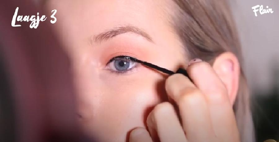 Het aanbrengen van de eyeliner