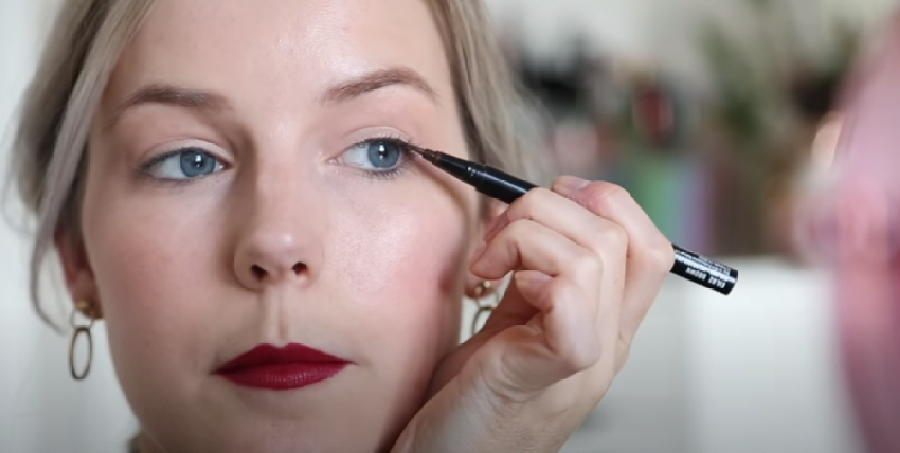 De juiste houding voor het opdoen van eyeliner