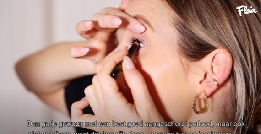 Wimpers voller maken door oogpotlood te gebruiken